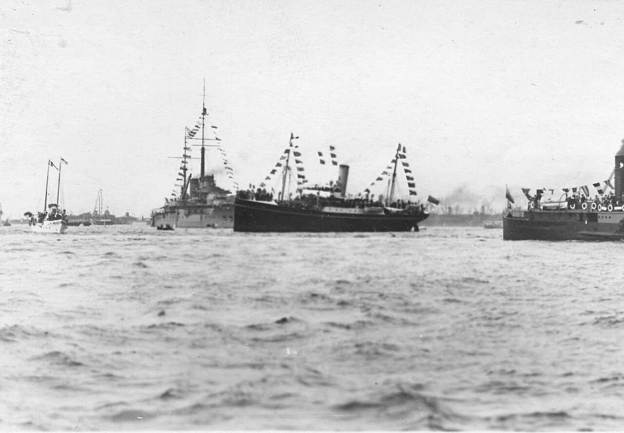 08. Русские пароходы «Либава» и «Русь» сопровождают французскую эскадру у берегов Кронштадта. 7 июля 1914