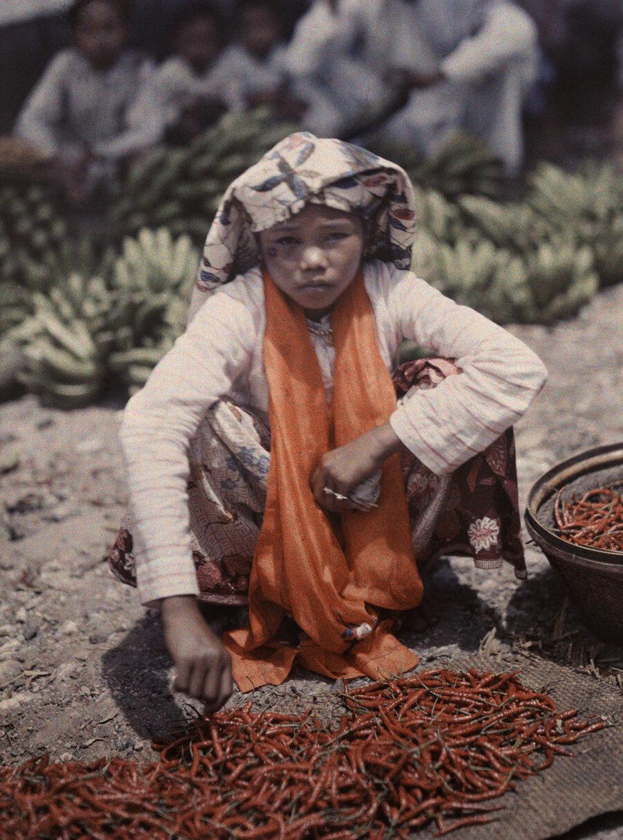 1930. Индонезия. Молодой продавец перца на рынке в Форт-де-Кок