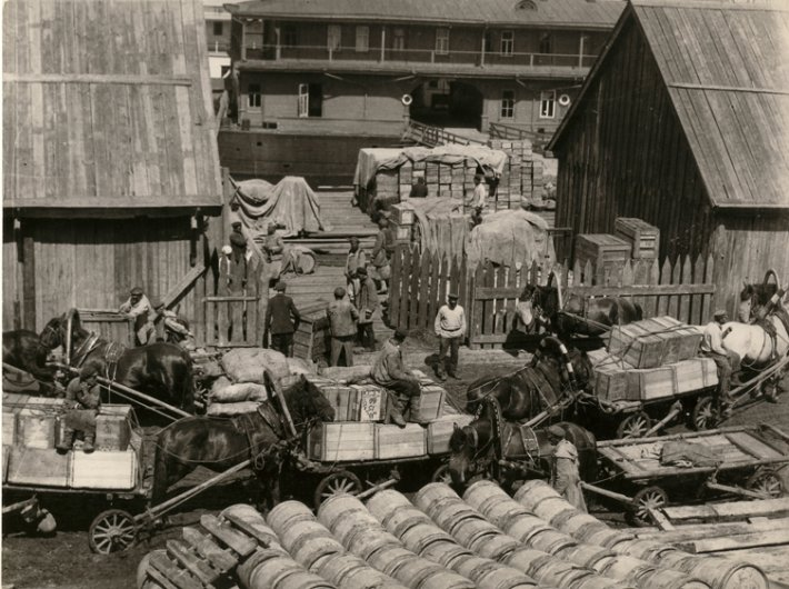 Trade-yard in Nizhny Novgorod, photo by Arkady Shaikhet, 1924.jpg