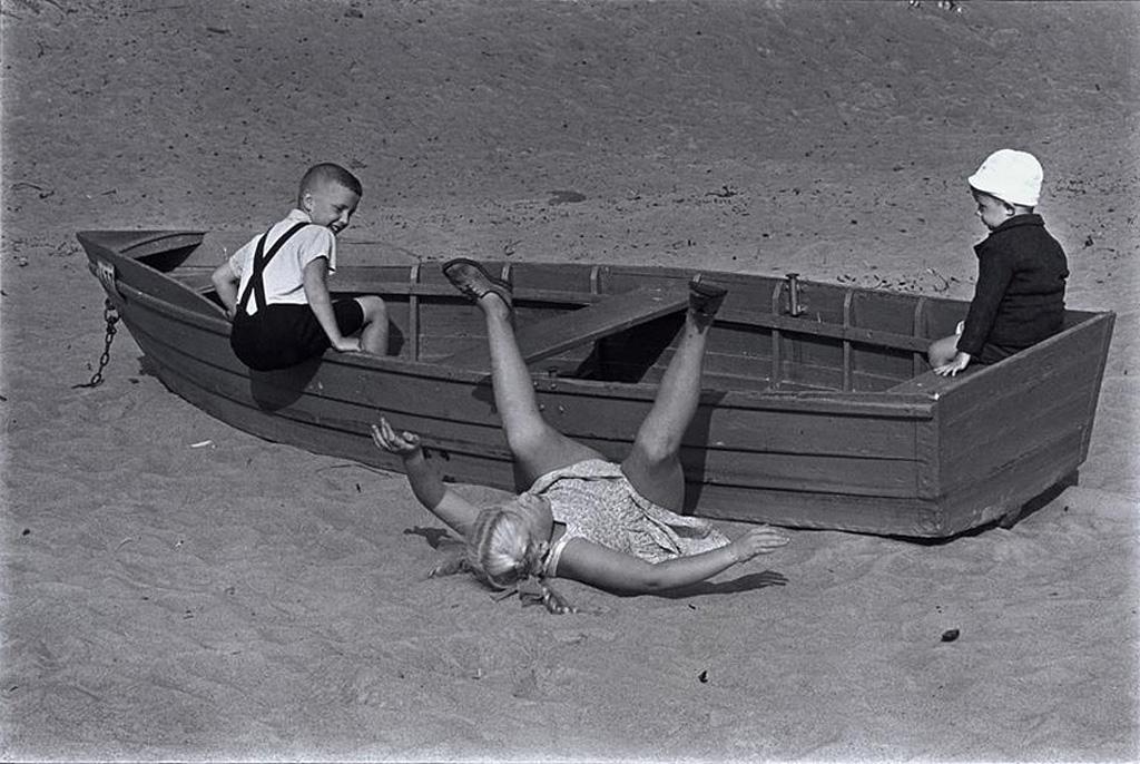 Детки играющие на берегу Волги 1965, Манос Константин
