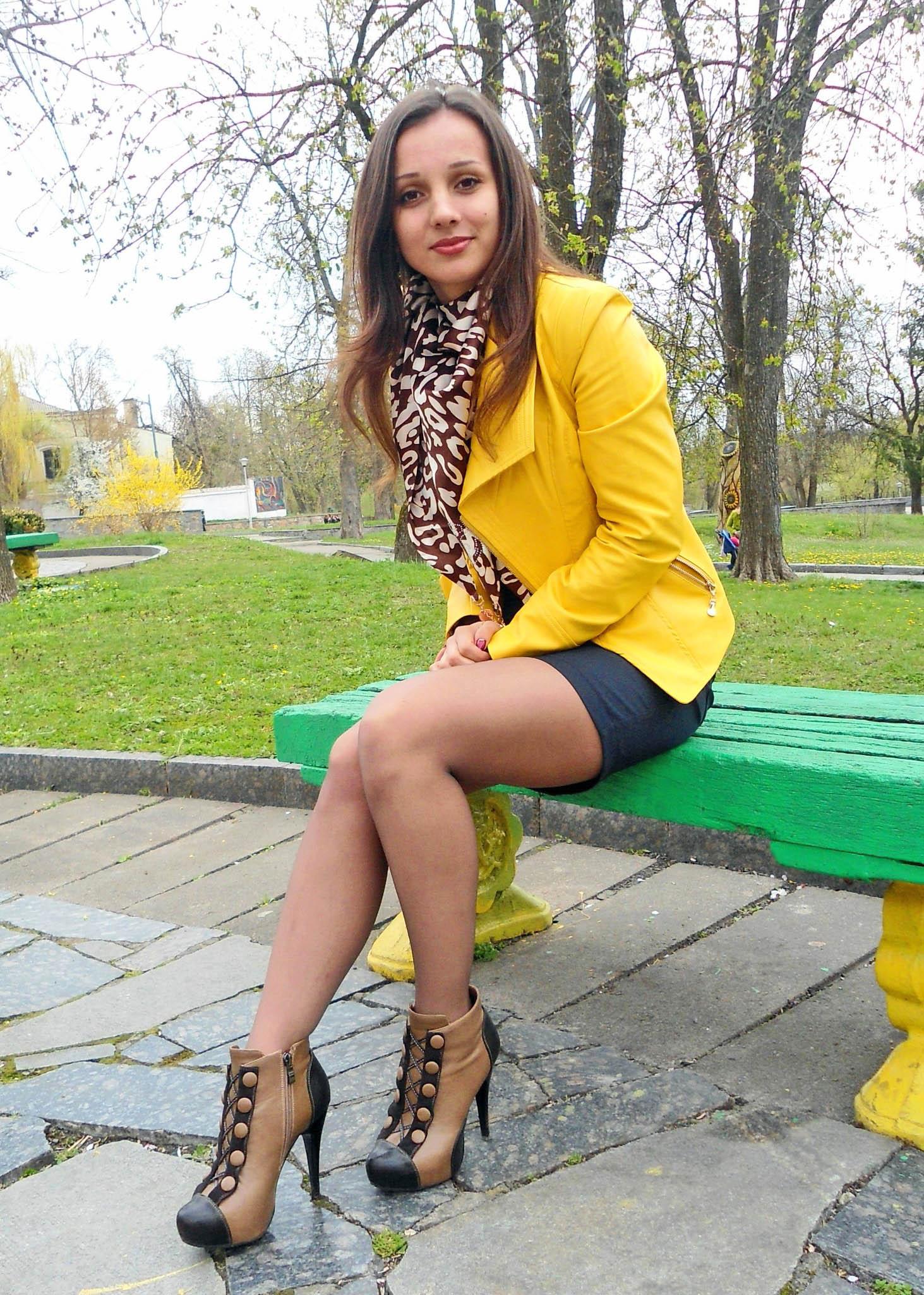 Фото девушки в парке в кожаной мини юбки 7 фотография