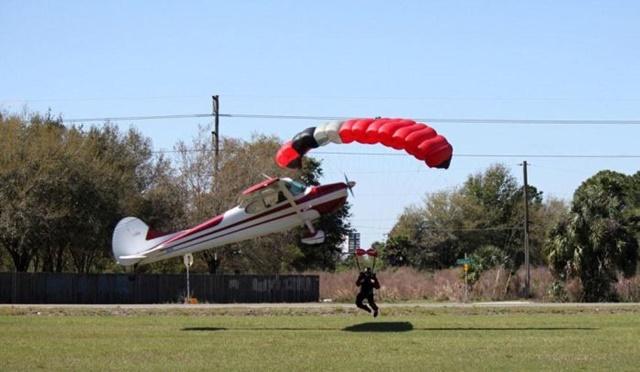 Фотографии столкновения парашютиста и самолета 0 133521 ae8f29f1 orig