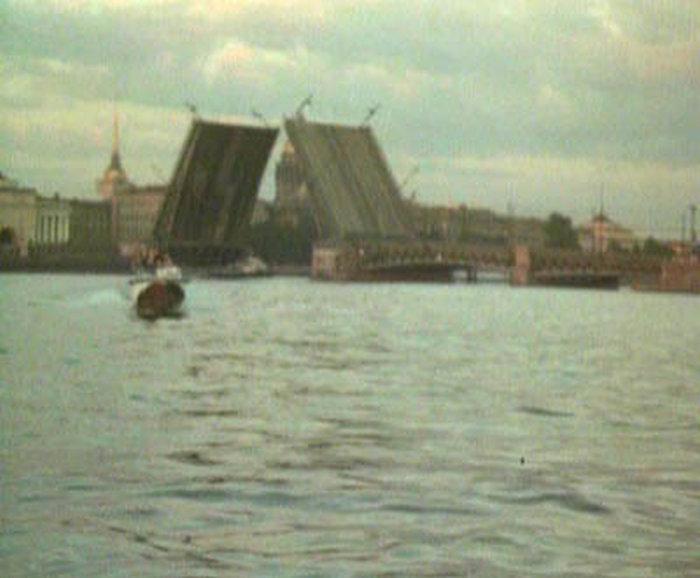 79. Герои увидели его, наверное, и развернулись в обратную сторону. Снова проплыли Дворцовый мост.