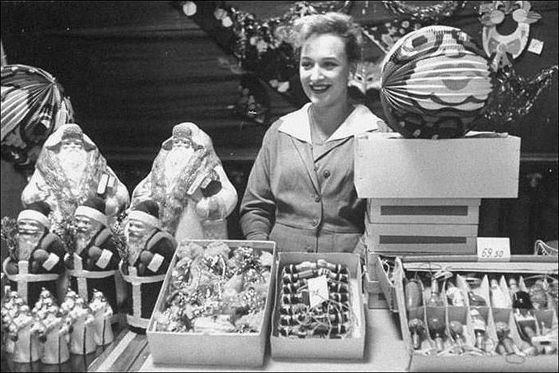 8. Само собой, игрушки не могли избежать советской символики – елки украшали всевозможные алые звезд