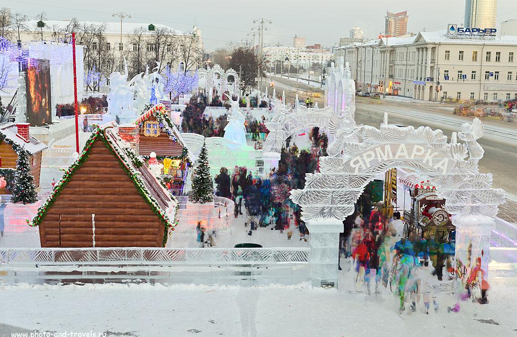 Фото 2. Вид на Ледяной городок 2015 в Екатеринбурге с площадки памятника Ленину