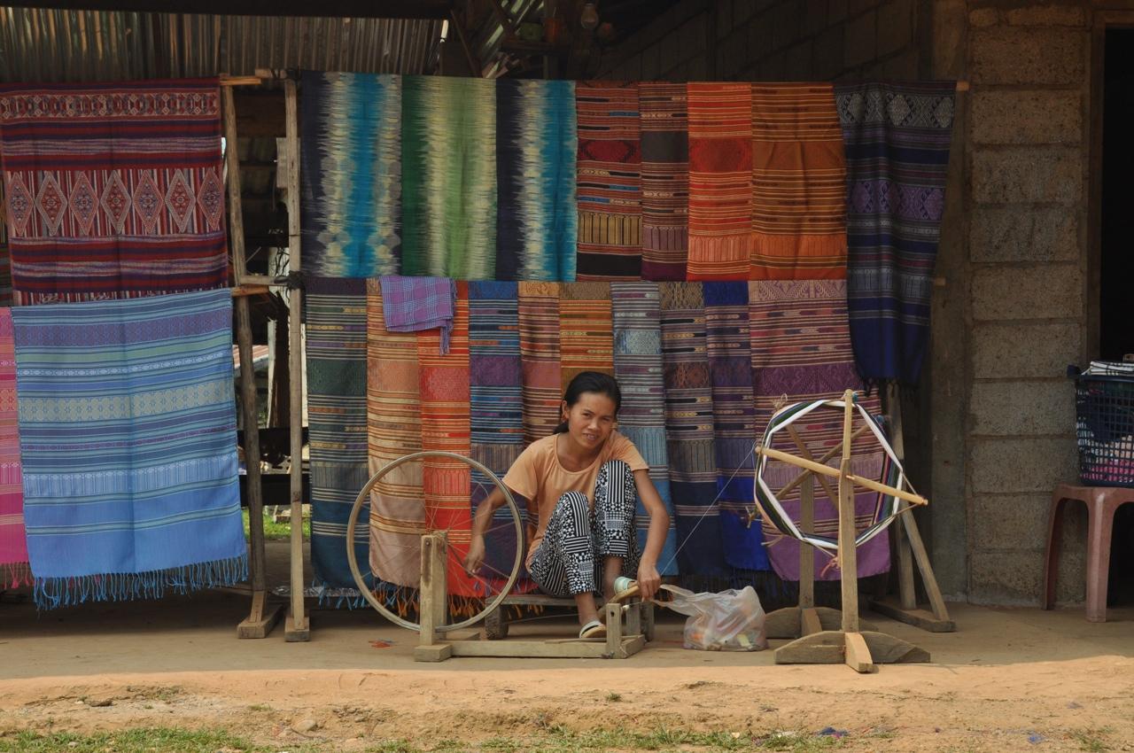 Девушка наматывает нитку для ткацкого станка