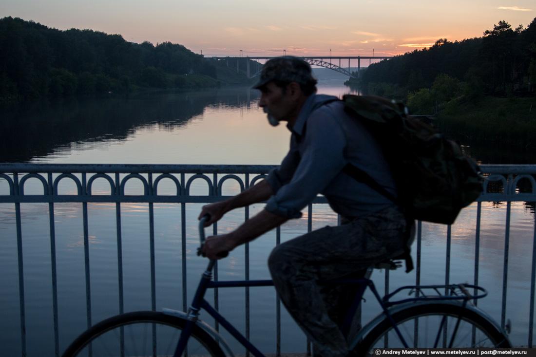 велосипедист на мосту