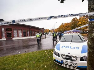 В Швеции мужчина с мечом напал на детей в школе