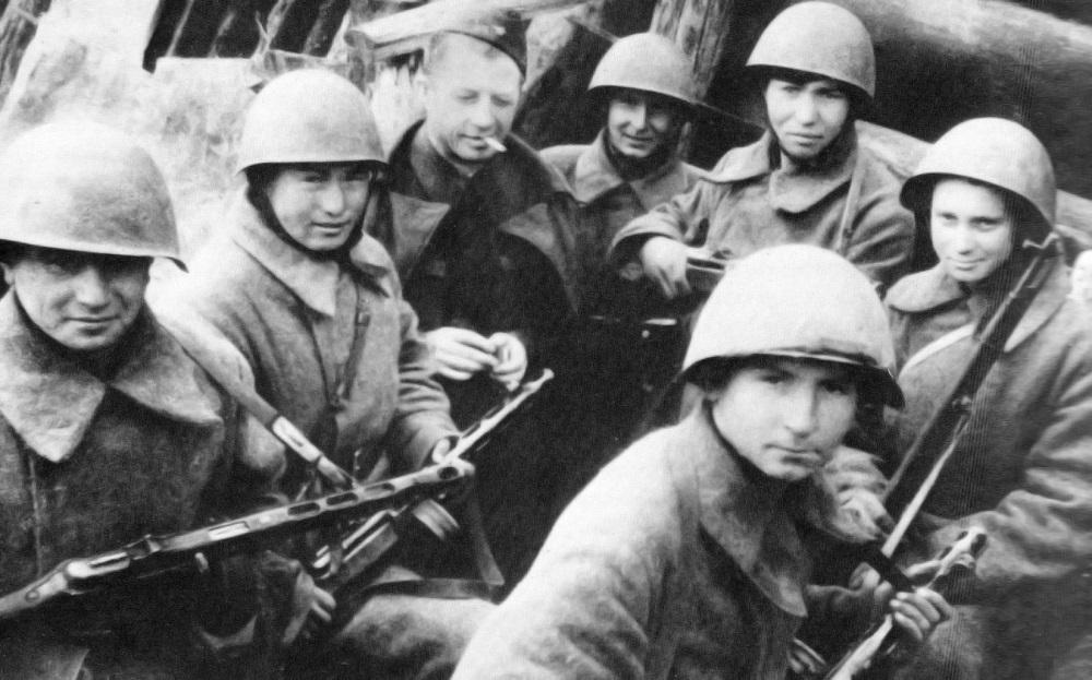 А.И. Родимцев в окружении своих бойцов-сибиряков 13-й гвардейской дивизии.jpg