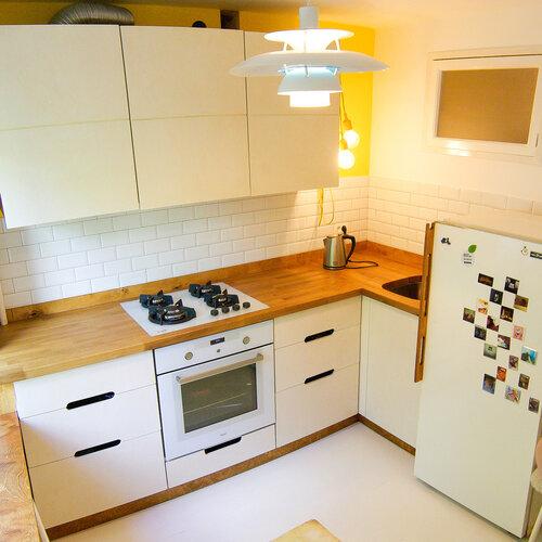 белая кухня, фасады из фанеры, дубовая столешница