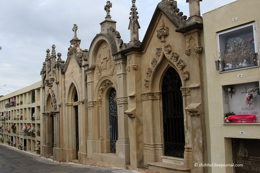 Модернистское кладбище в Ллорет-де-Мар
