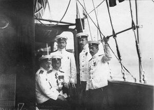 Морские офицеры русского флота на борту корабля на Кронштадтском рейде во время встречи французского президента Раймона Пуанкаре  .