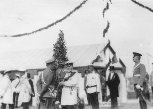Германский император Вильгельм II беседует с офицерами.