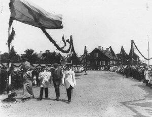 Делегация от прибалтийского города и жители города Балтийский порт, приготовившиеся к встрече императора Николая II.