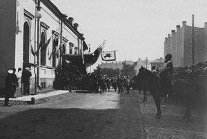 Момент прощания с персидским шахом Мозафаром-эд-дином на Николаевском вокзале перед его отъездом из Петербурга; справа - конвойцы, сопровождающие шаха.