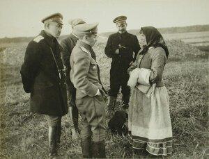 Русские офицеры разговаривают с галицийской женщиной.