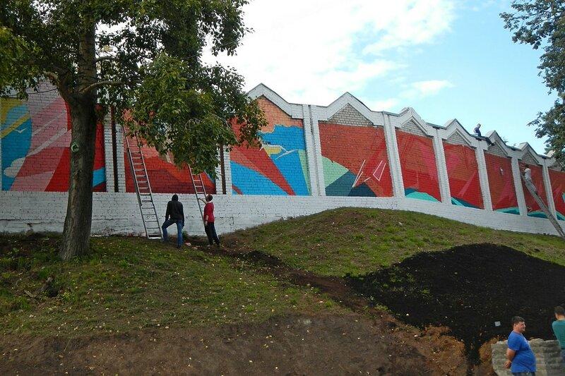 граффити на кирпичной стене в обновлённом сквере им. 60-летия СССР в Кирове в овраге Засора