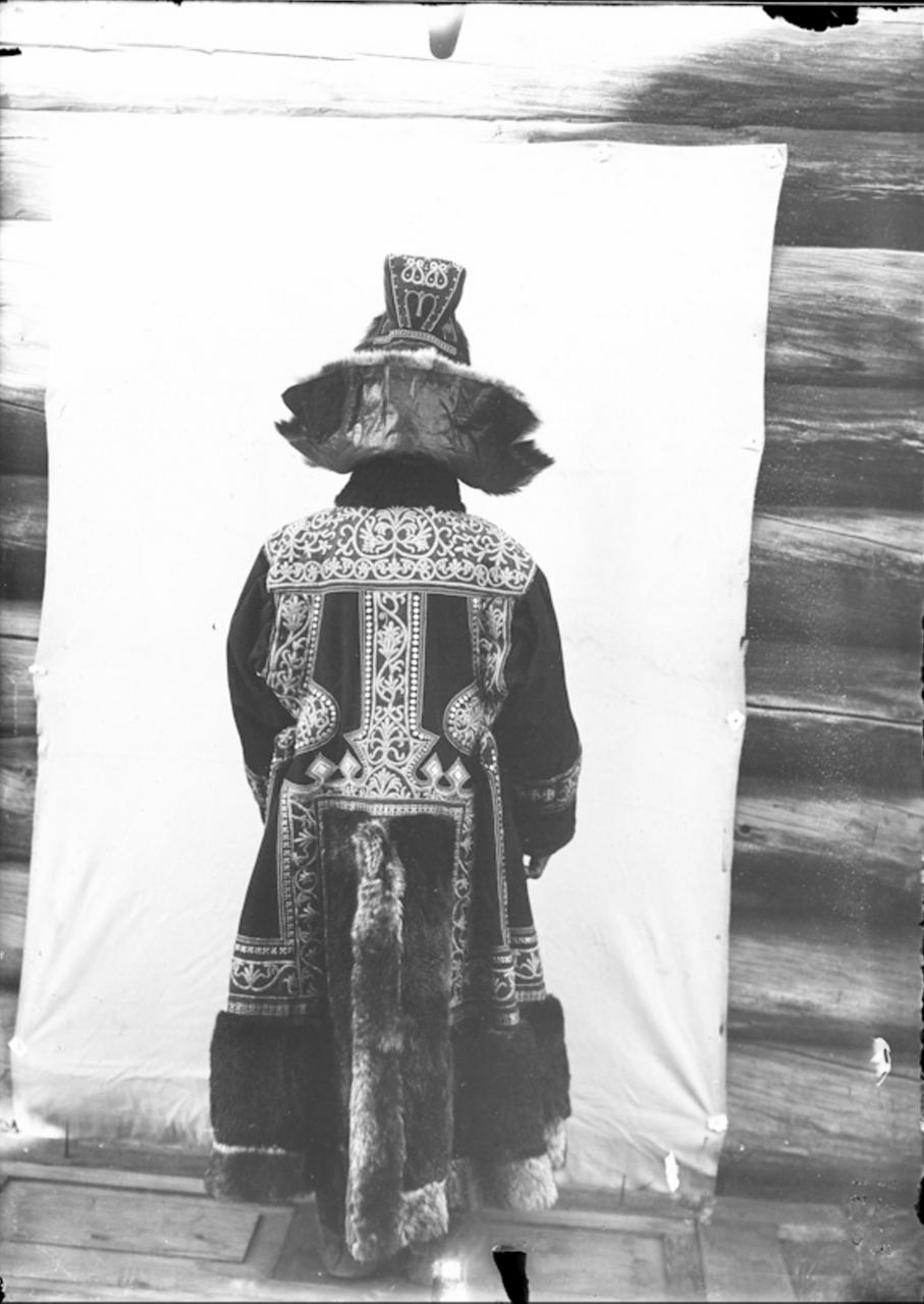 Якутка в праздничных одеждах. 1902