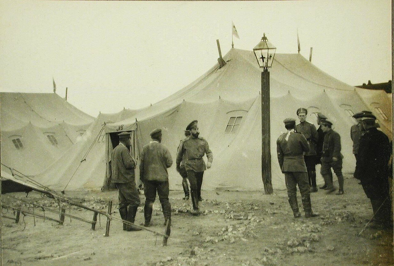36. Русские офицеры и солдаты у палаток полевого лагеря