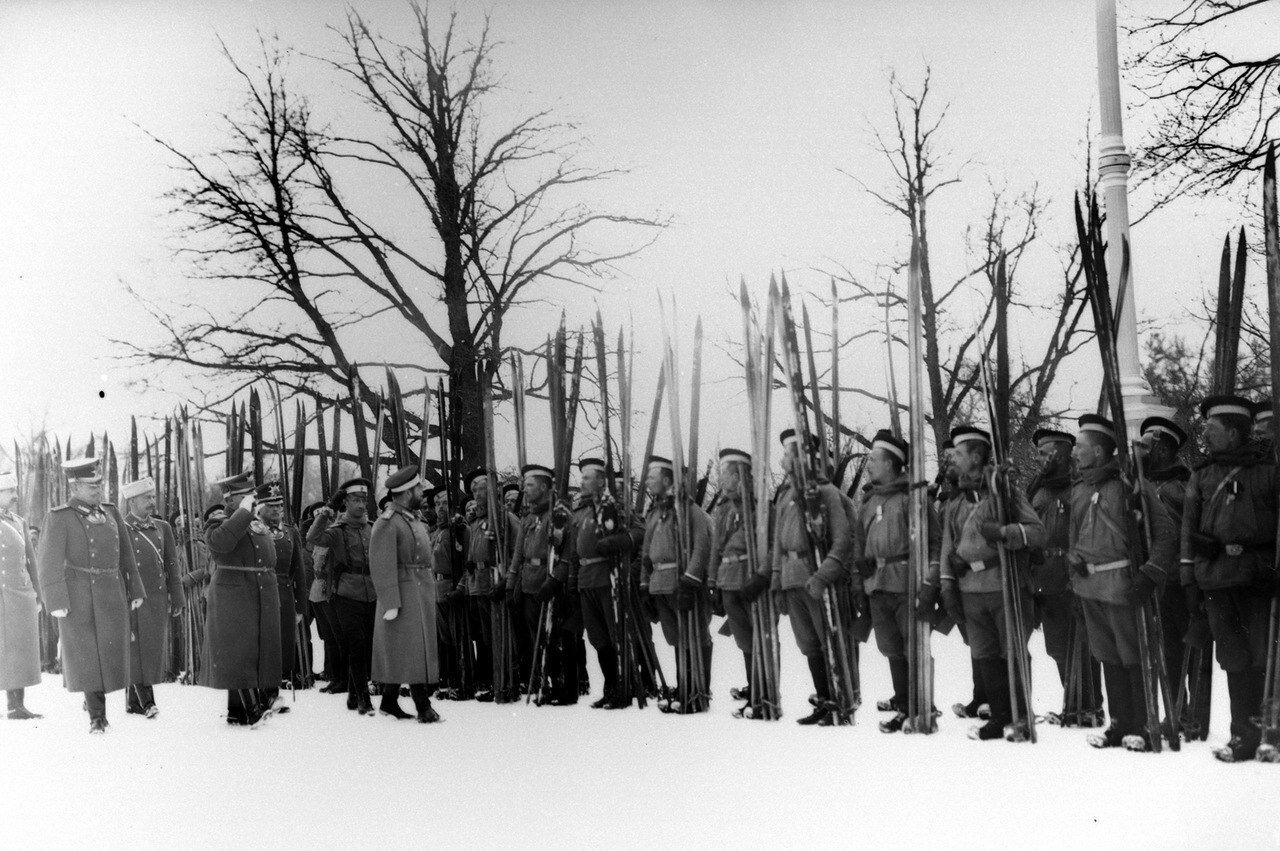 Император Николай II проводит смотр лыжников Лейб-гвардейского Измайловского полка. Царское село, 9 февраля 1914