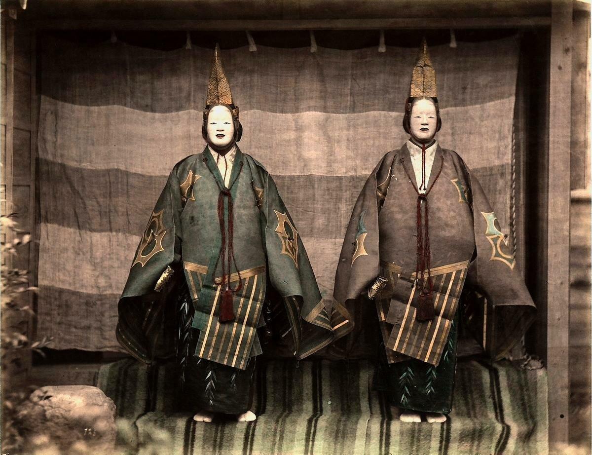Два актера в традиционных японских костюмах. 1865