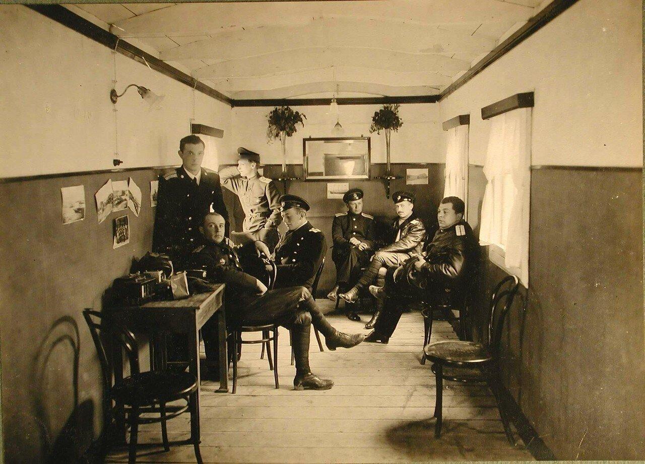 37. Офицеры школы морской авиации в офицерской комнате на таможенной пристани