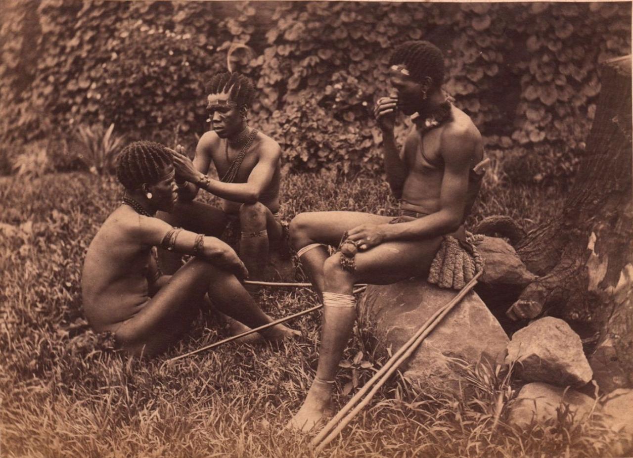 1890. Три зулуса за ловлей вшей. Южная Африка