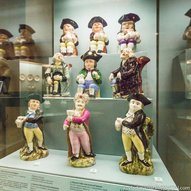 Витрина с кувшинами Тоби на выставке Английский завтрак в Историческом музее