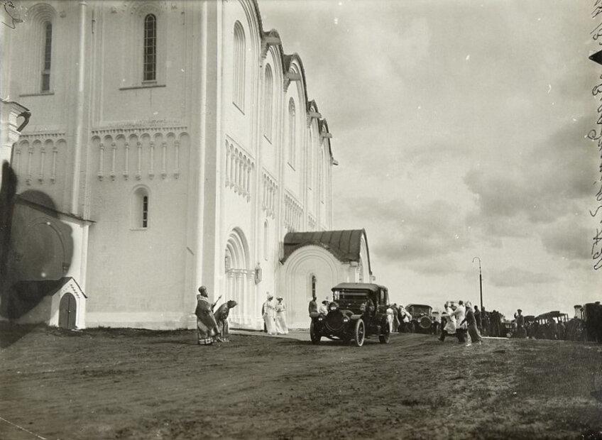 Редкое фото автомобильного кортежа Императора Николая II, прибывшего к Успенскому собору во Владимире 16 мая 1913 г..jpg