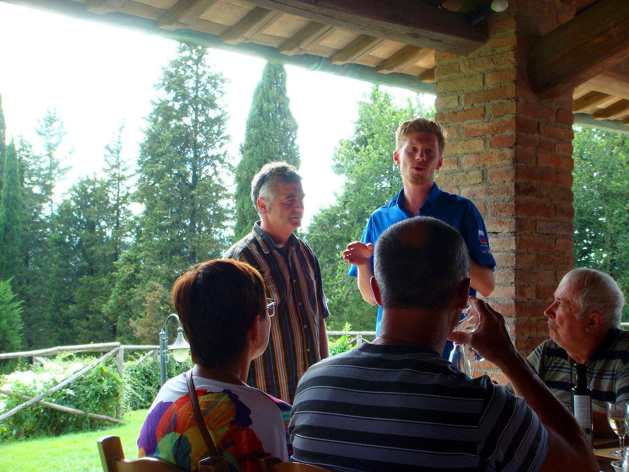 Развязался язык во время дегустации) В центре фото стоит хозяин fattoria Poggio Alloro