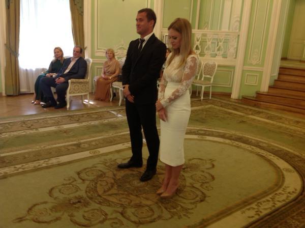 Свадьба Александра Кержакова и дочери депутата Тюльпанова. Фото из ЗАГСа