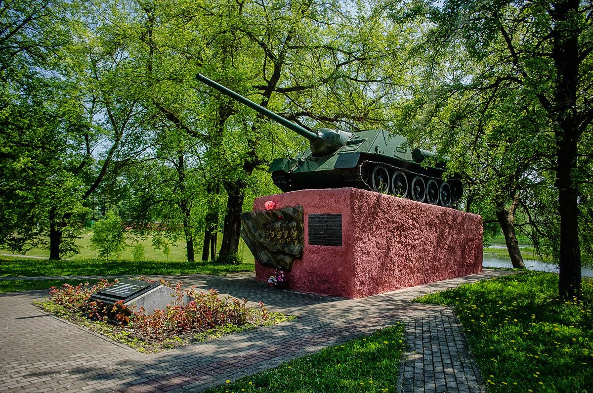Мемориальный папятник Су-100