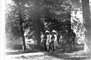 Император Николай II в сопровождении членов императорской фамилии и свиты в Екатерининском парке.