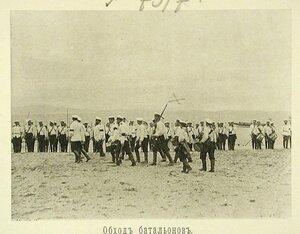 Начальник эскадренного десанта и сопровождающие его лица во время обхода батальонов