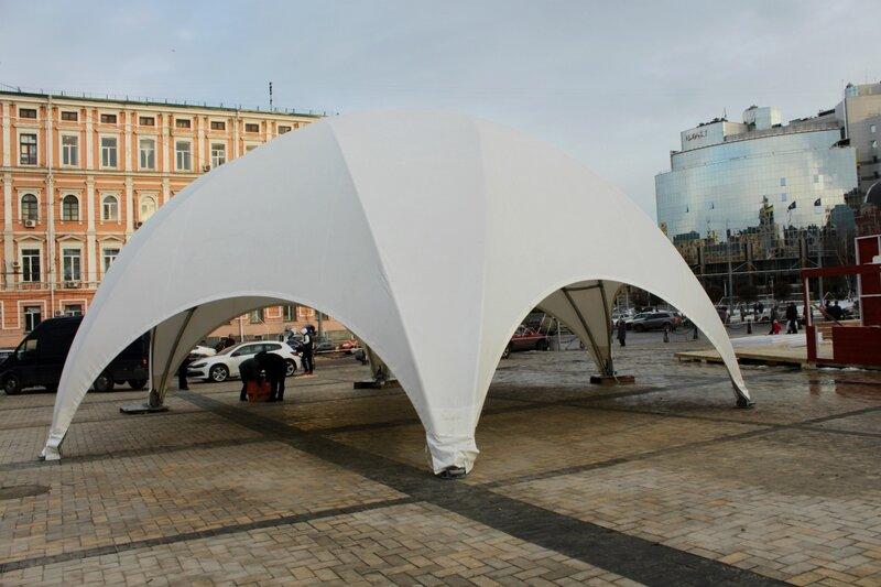 Шатер под памятником Богдану Хмельницкому