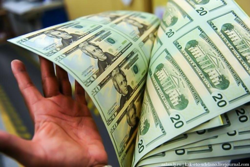 Бракованные купюры долларов США уничтожаются. Иногда бывает, что этот брак попадает в руки любителей раритетов, где цена купюры возрастает в сотни, а то и тысячи раз. После проверки листам присваиваются серийные номера и обозначения Федерального резерва. Это как домашний адрес денег. Серийный номер, номер партии и номинал - это три фактора отличающий каждый лист бумаги от остальных. Они не повторяются, потому по каждой банкноте можно определить день, когда она была отпечатана и место где она была выдана.