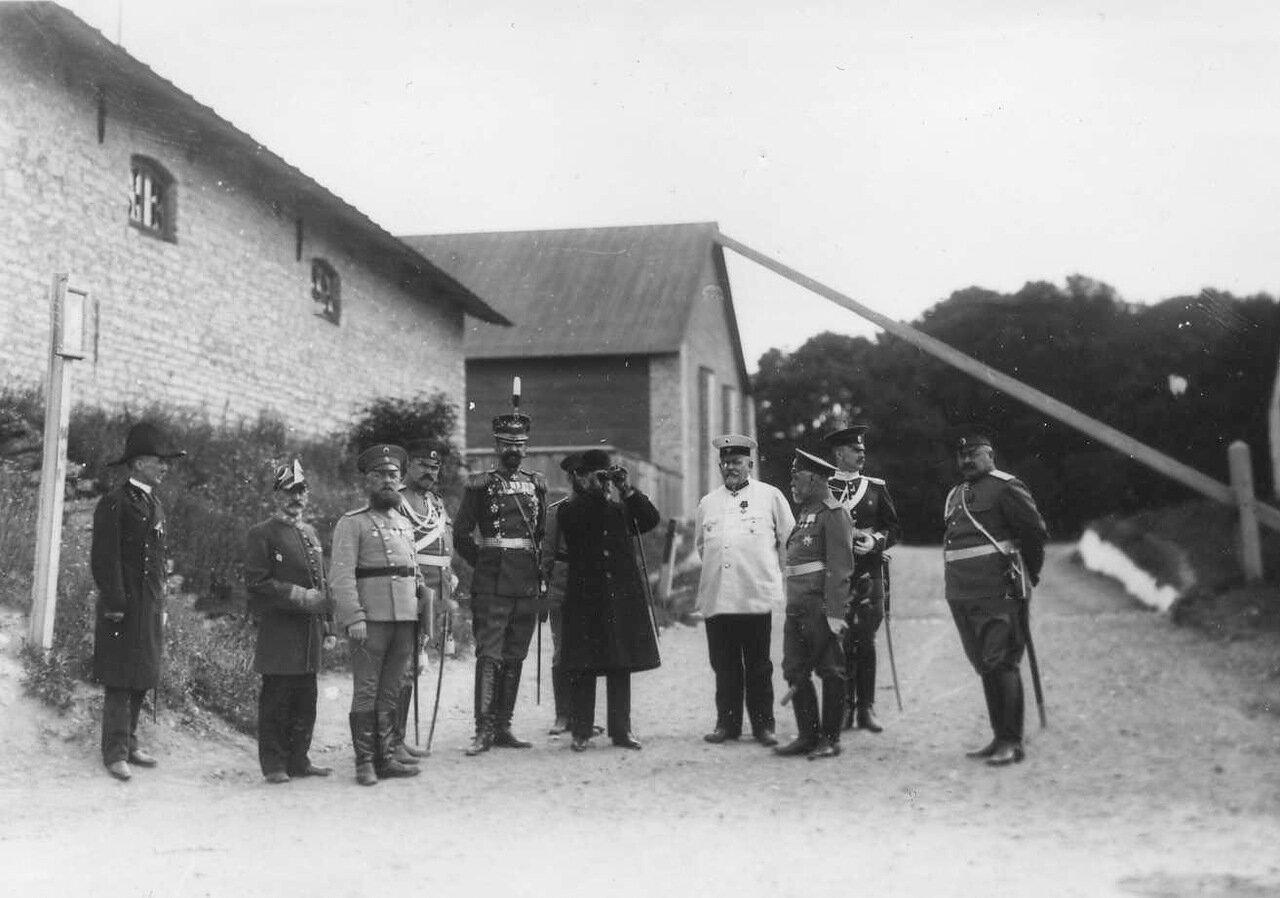 22. Группа офицеров наблюдает за парадом