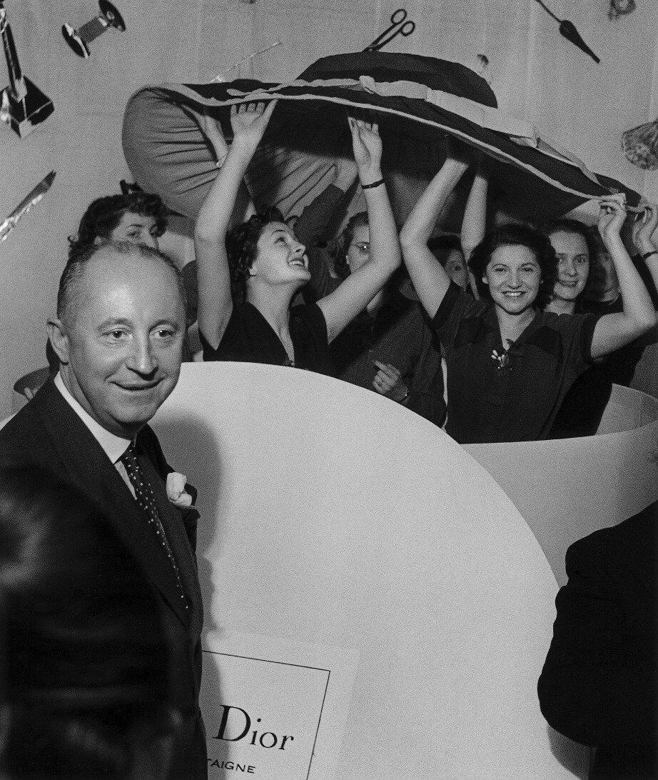 1950. Кристиан Диор и его манекенщицы, Париж