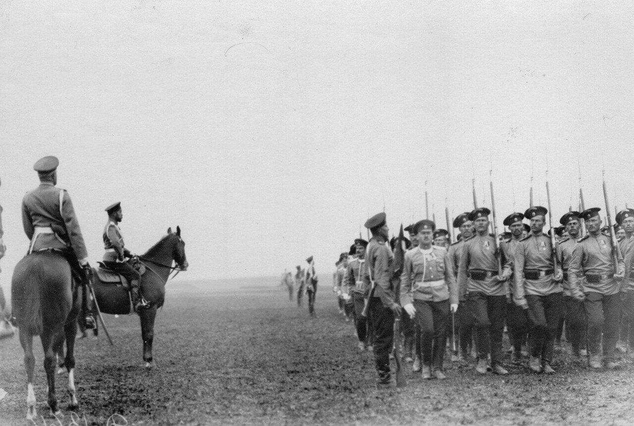 02. Солдаты 13-го лейб-гвардии Эриванского его величества полка проходят церемониальным маршем мимо императора Николая II во время маневров. Никулино. Август 1913