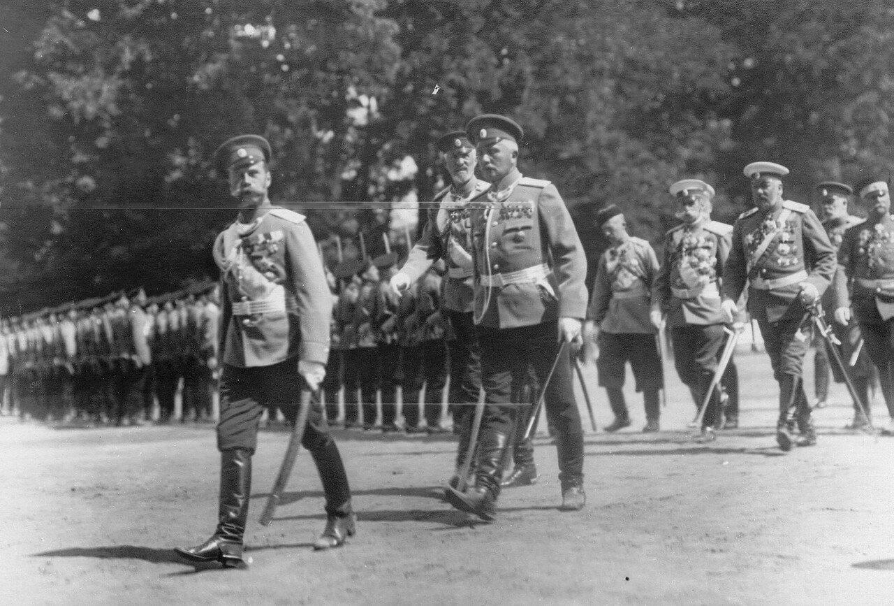 36. Император Николай II, командир полка полковник Мдивани и великий князь Николай Николаевич обходят строй полка во время парад. Петергоф. 29 июня 1913
