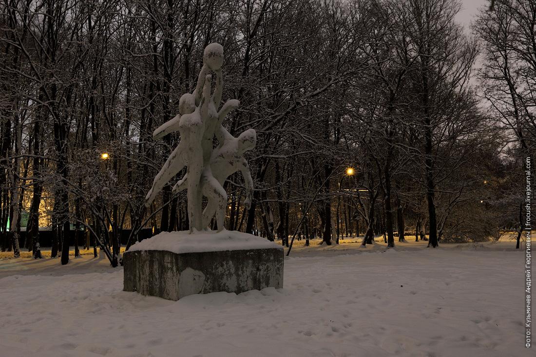 скульптура Баскетболисты в парке СРВ ночью