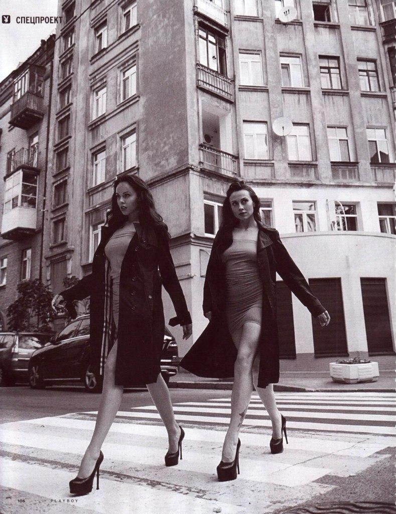 Две обнажённые девушки гуляют по осеннему Киеву 04