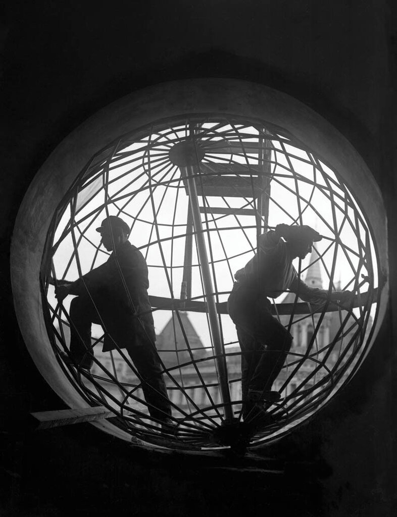 Assembling the Globe at Moscow Telegraph Central Station, photo by Arkady Shaikhet, 1928.jpg