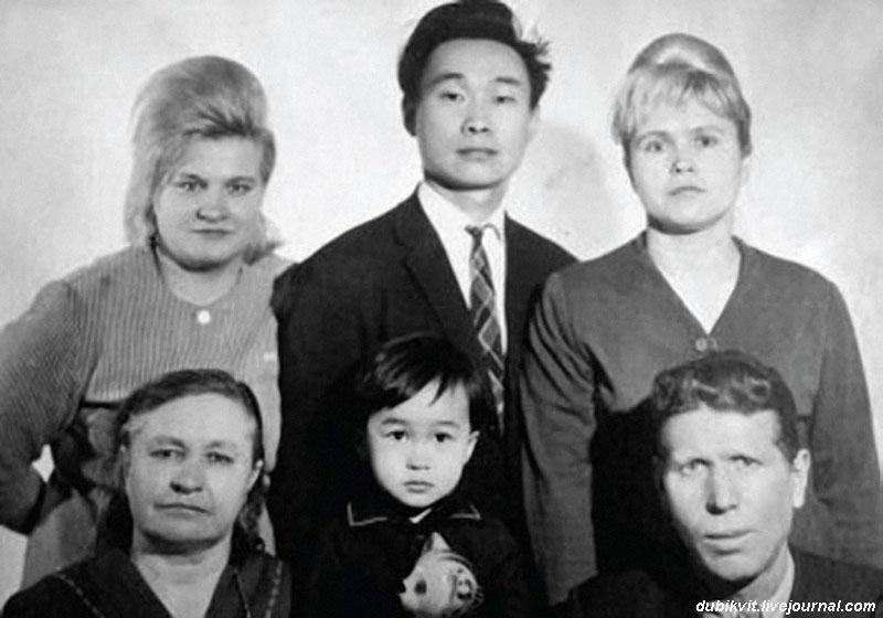 1138 Маленький Витя Цой с родственниками (в верхнем ряду справа мать и отец).jpg