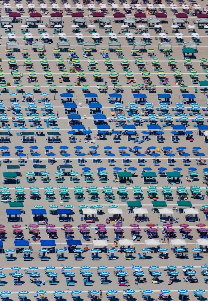 20. Территория зонтиков, Камайоре, Тоскана, Италия, 2010 г. (Alex MacLean / Beetles+Huxley)