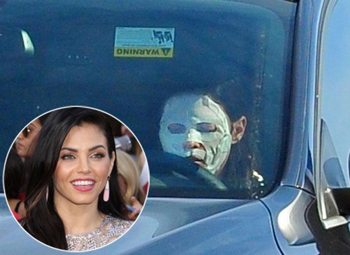 Странный звездный уход:  Дженна Деван-Татум носит тканевые маски во время вождения авто