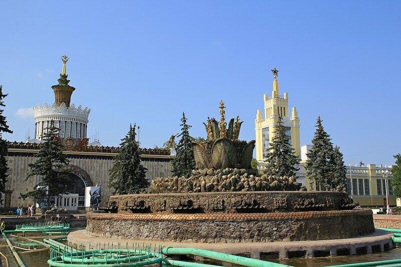 Центральная часть фонтана Каменный цветок на ВДНХ с выключенной подачей воды