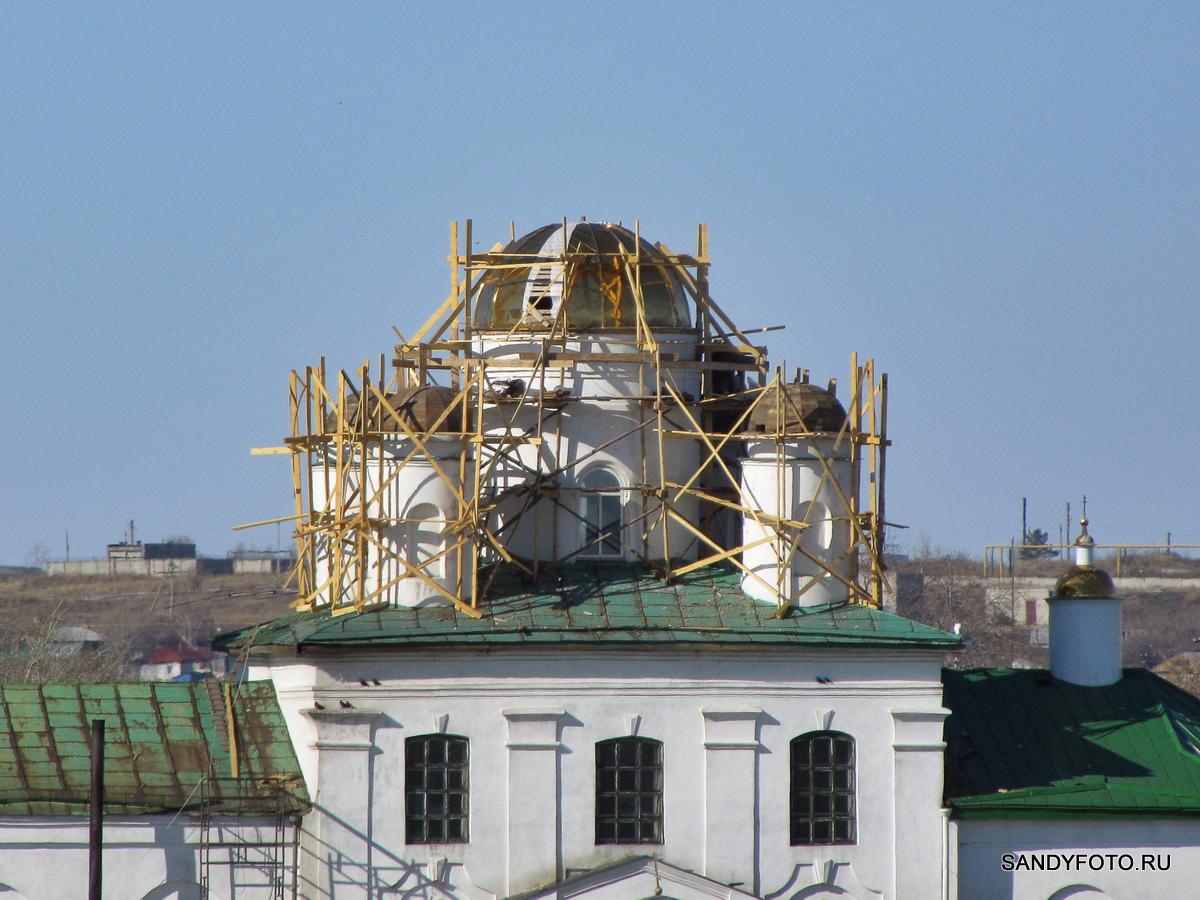 Золотые купола собора Святой Троицы