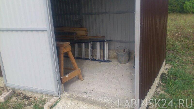 Залитый бетонный пол в сарае