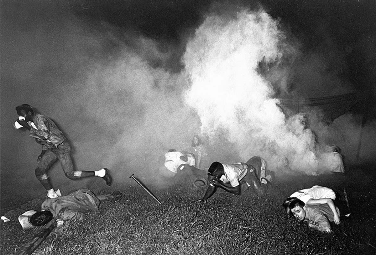 """""""Марш против страха"""" Атака демонстрантов слезоточивым газом. 1966 Кантон, Миссисипи, США"""